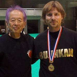 Toni Piqueras con la Medalla de oro de la Bujinkan, junto con Masaaki Hatsumi (Japón 2014)